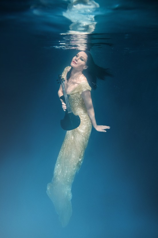 Electric violinist Linzi Stoppard goes underwater photo shoot wearing a shimmering gold dress